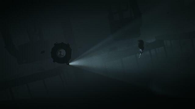 همانطور که میبینید درون زیردریایی در زیر آب وقت میگذراندم تا اینکه این موجود عجیب روبرویم ظاهر شد! خوب ظاهر این موجود را بخاطر بسپارید که در ادامهی بازی حسابی روی اعصابتان راه میرود! این موجود عجیب، از نور بیزار است و تنها را مبارزه و دور کردن او، نور رو روشنایی است. اگر وسیلهی روشنایی ندارید، یا فرار کنید یا با آغوش باز به استقبال این موجود بروید!