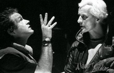 ریدلی اسکات و روتگر هائور (در نقش روی بتی) در پشت صحنه Blade Runner
